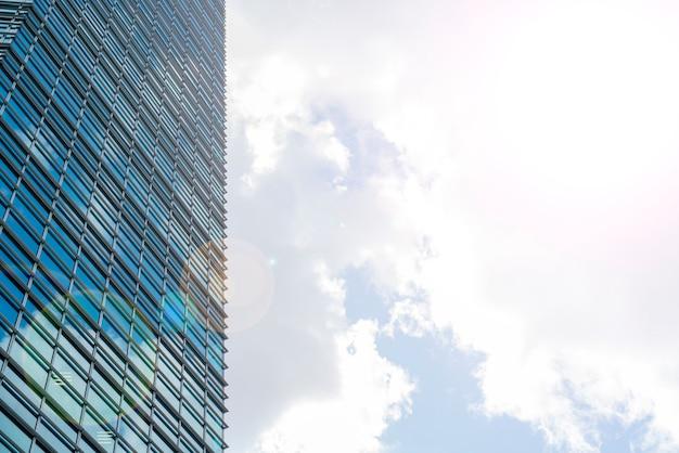 Gratte-ciel de verre dans le centre-ville, bâtiments modernes,