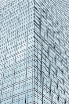 Gratte-ciel en verre à faible angle