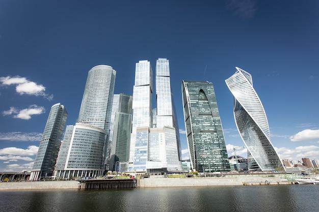 Gratte-ciel de la ville de moscou en russie sous le ciel bleu