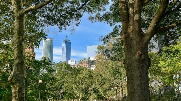 Gratte-ciel De La Ville De New York De Battery Park à Travers Les Arbres Photo Premium