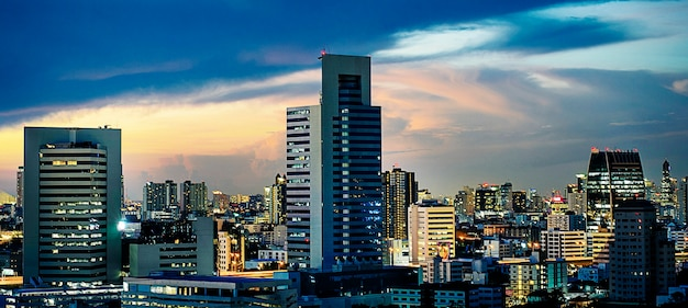 Gratte-ciel ville soir coucher de soleil