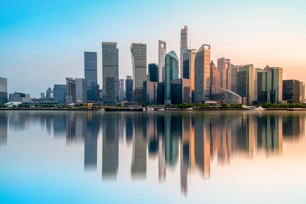 Gratte-ciels dans le quartier financier de shanghai, chine
