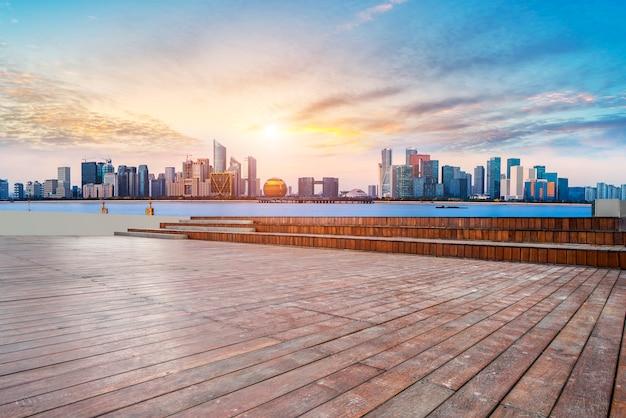Gratte-ciels urbains avec des dalles vides