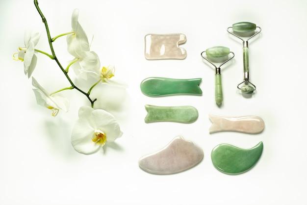 Grattoirs et rouleaux de massage guasha de différentes formes et couleurs