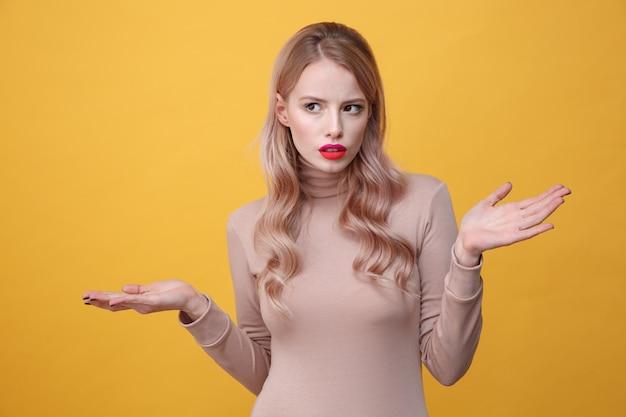 Grave jeune femme blonde avec des lèvres de maquillage vives