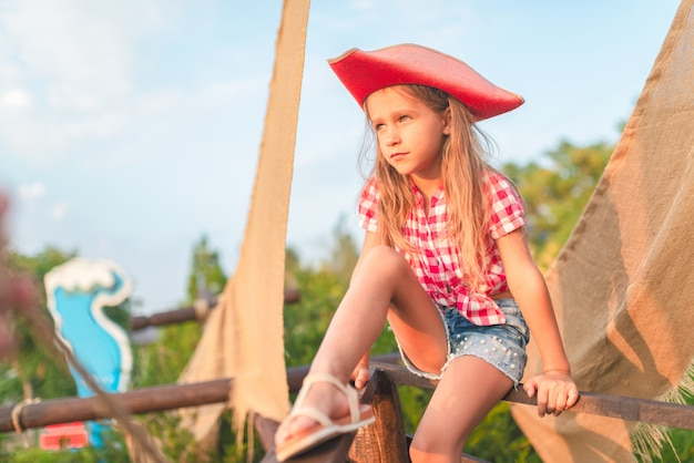 Grave petite fille pirate drôle dans une chemise à carreaux