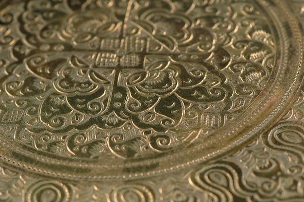 Gravure orientale sur bronze, gros plan