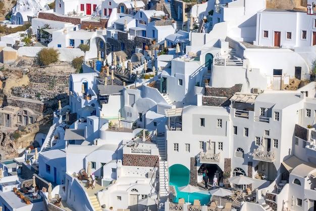 Grèce. bâtiments colorés sur la caldeira de santorin. journée d'été ensoleillée sur la côte escarpée