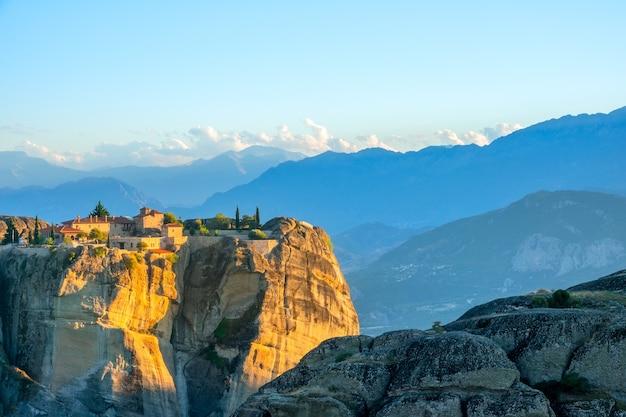 Grèce. coucher de soleil en été meteora. monastère de roche sur fond de sommets montagneux