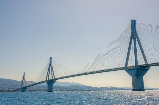 Grèce. hauts pylônes du pont à câbles rion antirion à travers le golfe de corinthe par temps ensoleillé. vue inférieure