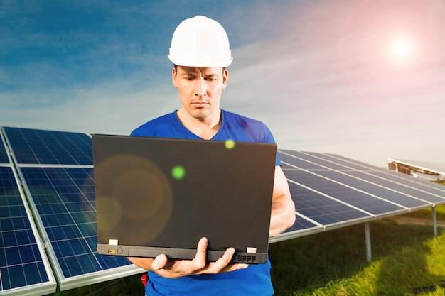 Green energy - panneaux solaires avec ciel bleu