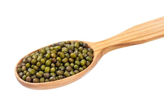 Green mung dans une cuillère en bois, isolée on white