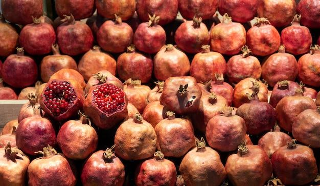 Grenade fraîche sur le marché. grenades à jus sur le comptoir du marché aux fruits