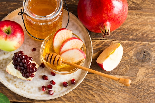 Grenade, pomme et miel, cuisine traditionnelle de la célébration du nouvel an juif, rosh hashana.