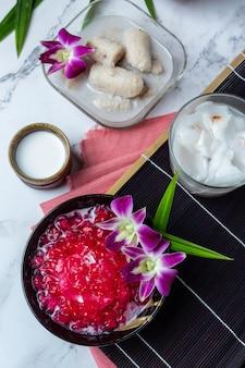 Grenade simulée au sirop de noix de coco, manioc, dessert thaïlandais.