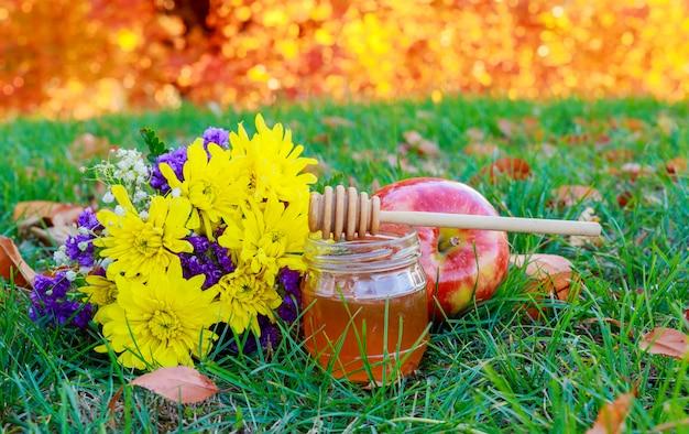 Grenades aux pommes et au miel d'automne sur fond de table du jardin