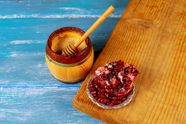 Grenades et pot de miel vieux fond en bois rustique