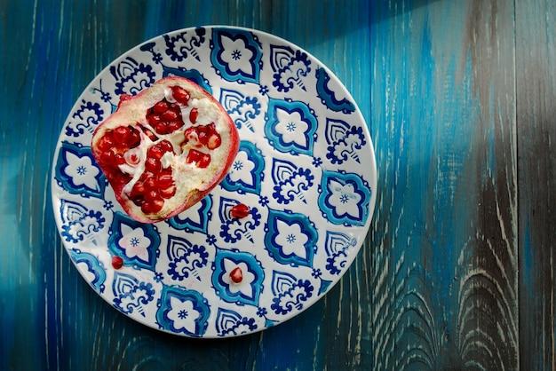 Grenat sur plaque orient avec motif bleu et blanc sur fond de bois