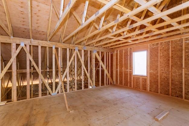 Grenier inachevé d'une maison privée de construction résidentielle