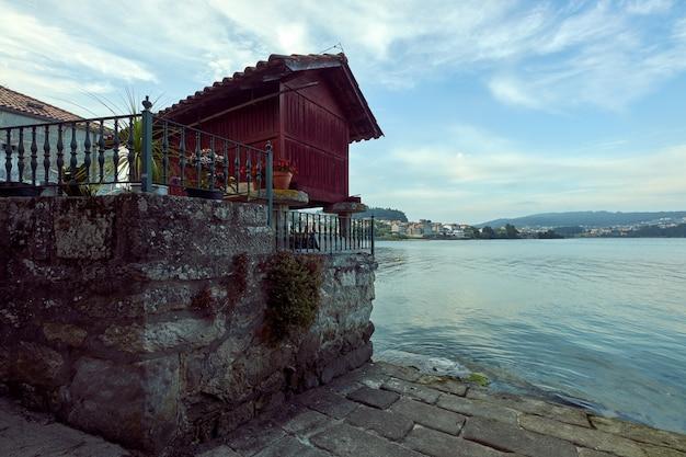 Grenier typique au bord de la mer dans la ville côtière de combarro en galice, espagne.