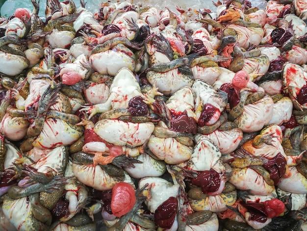 Grenouilles mortes sur glace pour cuisiner dans un marché, thaïlande