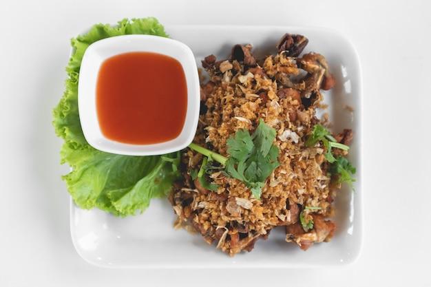 Grenouilles thaïlandaises frites avec sauce à l'ail et au piment.