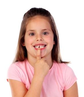 Gril amical montrant ses dents cassées