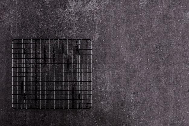 Grill background - barbecue à feu vide sur fond noir