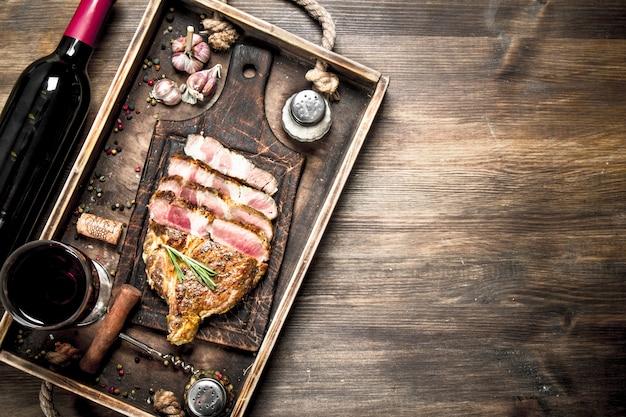 Grill de boeuf au vin rouge sur une table en bois