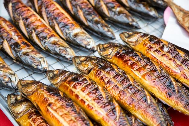Grill saba poisson sur la nourriture de rue
