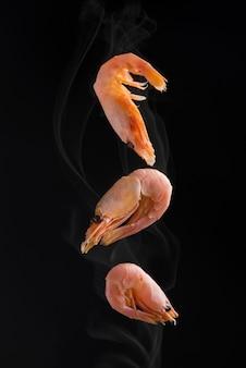 Grill shrimp bbq style, ingrédient mis en arrière-plan noir