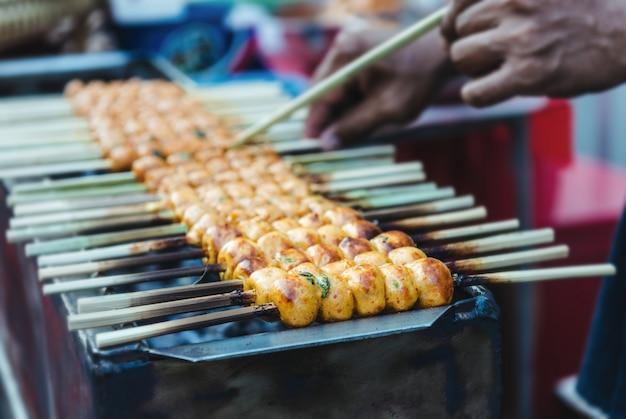 Grillade de boulettes de viande japonaise ou tsukune.