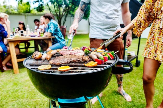 Grillades de bifteck cuisson au charbon de bois