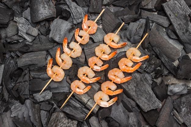 Grillades. brochettes de crevettes au charbon de bois. grillades.