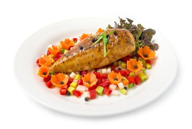 Grillades poitrine de poulet ou steak de poulet sur le dessus de poivrons noirs avec avocat, poivron, salade de radis dans une sauce fusion claire pour l'alimentation et décorer sainement avec des fleurs de carottes sculptées