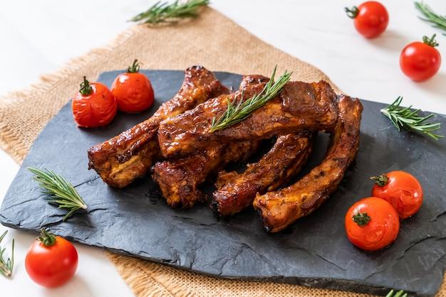 Grillades de porc grillées au barbecue