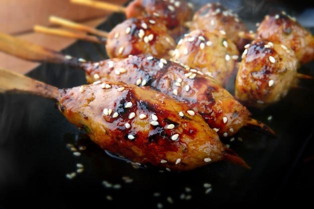 Grille de boulettes de viande japonaise ou tsukune.