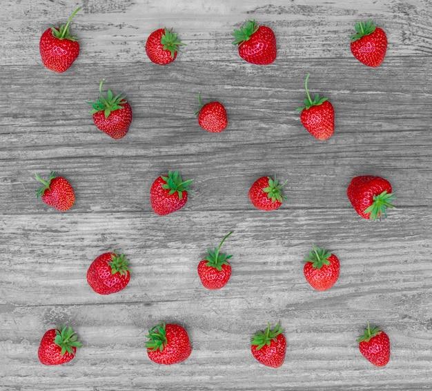 Grille de fraises se plaçant sur le fond en bois