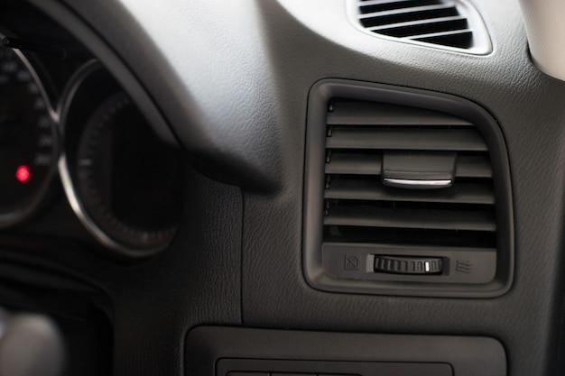 Grille de ventilation du climatiseur dans une voiture moderne
