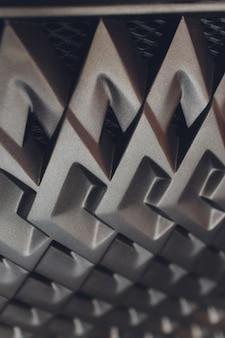 Grille de voiture avec sunflare. grille de radiateur. fond de texture gros plan en métal. gril chromé de grande macro de moteur puissant.