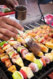 Griller au barbecue. nourriture de rue en thaïlande. repas et facile à manger.