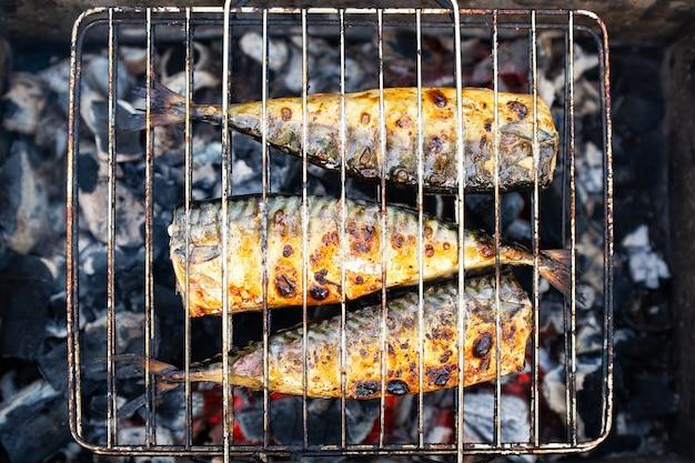 Griller au charbon de poisson maquereau lors d'un pique-nique