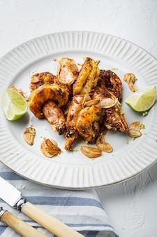 Griller les crevettes rouges argentines cuisson ensemble de fruits de mer, sur plaque, on white