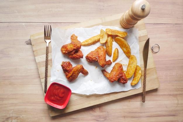 Griller les quartiers de poulet et de patate douce sur une planche