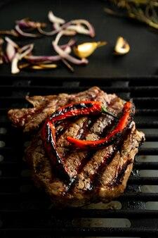 Griller un steak de faux-filet à la maison. fumée naturelle. grill d'été, concept de cuisine à la maison