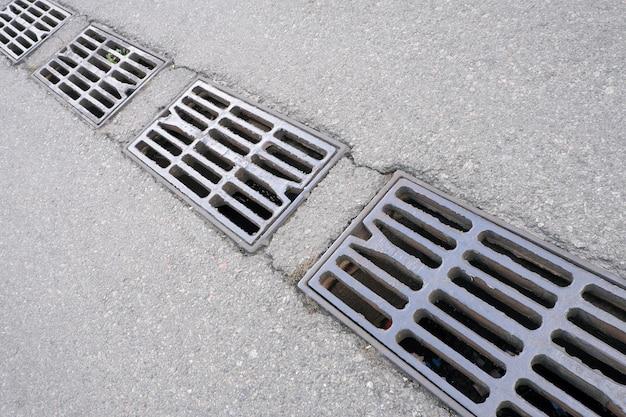 Grilles de protection de l'évacuation des eaux pluviales du système d'égouts de la ville, gros plan