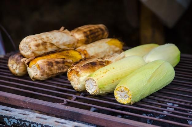 Grils de maïs sur la cuisinière