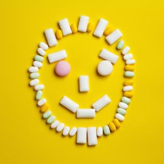 Grimace souriante faite de chewing-gums