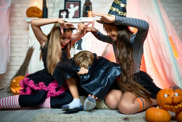 Grimacer les filles effrayer un ami à la fête d'halloween