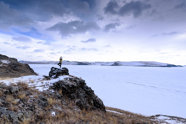 Grimpeur au sommet d'un rocher. sport et vie active